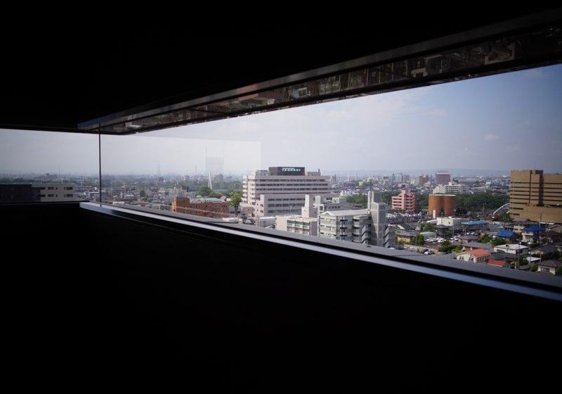 窓は大きいほどいいのではない - 細長い窓から前橋市街を眺める